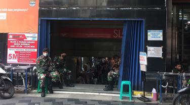 Anggota TNI berjaga di Pasar Tanah Abang, Senin (3/5/2021)