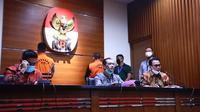 Mantan Sekretaris Mahkamah Agung (MA) Nurhadi dan menantunya, Rezky Herbiono saat dihadirkan dalam konpers KPK, Selasa (2/6/2020). (dok KPK)