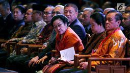 """Megawati Soekarnoputri bersama Menko PMK Puan Maharani menghadiri perayaan Dharmasanti Waisak Nasional 2562 BE/2018 di Tzu Chi Center, Jakarta, Senin (4/6). Acara bertema """"Bersatu, Berbagi, dengan Cinta Kasih Membangun Bangsa'. (Liputan6.com/JohanTallo)"""