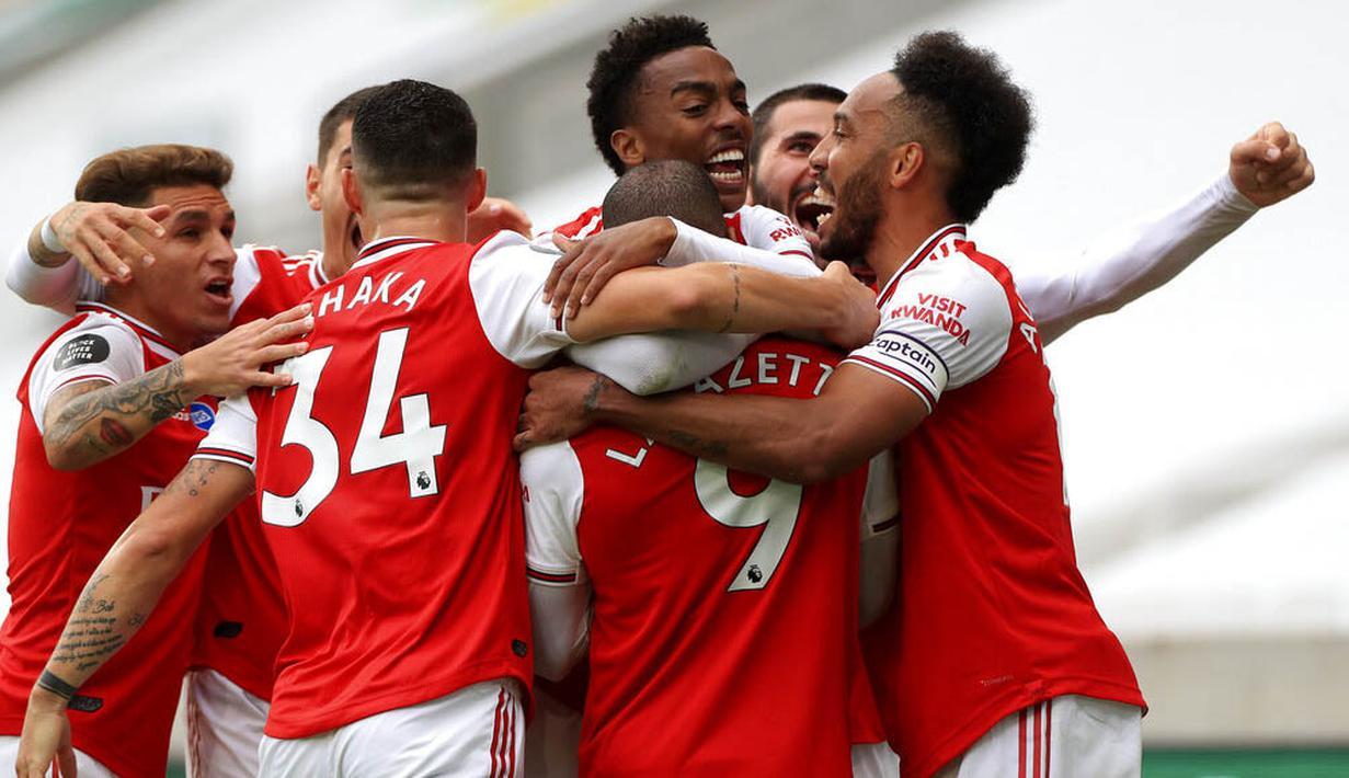 Para pemain Arsenal merayakan gol yang dicetak oleh Alexandre Lacazette ke gawang Wolverhampton Wanderers pada laga Premier League di Stadion Molineux, Sabtu (4/6/2020). Arsenal menang dengan skor 2-0. (AP/Mike Egerton)