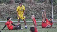 Para pemain Arema sedang berlatih bersama pelatih sementara, Kuncoro. (Bola.com/Iwan Setiawan)