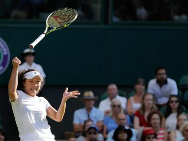 Petenis asal Jepang, Kurumi Nara kehilangan kendali atas raketnya setelah mengembalikan bola pukulan Petenis Rumania Simona Halep saat bertanding pada hari kedua tunggal putri Kejuaraan Tenis Wimbledon di London, (3/7). (AP Photo / Ben Curtis)