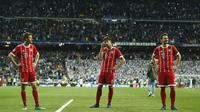 Para pemain Bayern kecewa usai kalah agregat dari Real Madrid  pada leg kedua semifinal Liga Champions di Santiago Bernabeu stadium, Madrid, (1/5/2018). Madrid menang agregat 4-3. (AP/Paul White)