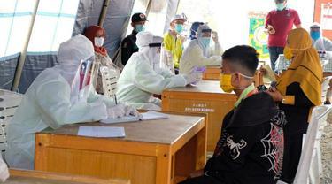 Pemeriksaan warga di posko penanganan Covid-19 di Riau beberapa waktu lalu.