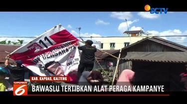Bawaslu Kapuas dan Satpol PP lepas alat peraga kampanye yang melanggar aturan di Kapuas, Kalimantan Tengah.