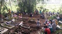 Para korban miras oplosan di Tasikmalaya, Jawa Barat akhirnya dimakamkan di tempat asalnya masing-masing (Liputan6.com/Jayadi Supriadin)