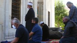 Umat Muslim melaksanakan salat di depan Masjid Mustafa Pasha di Skopje, Macedonia Utara, Selasa (12/5/2020). Komunitas Agama Islam (IRC) di Macedonia Utara membuka masjid-masjid, meskipun otoritas setempat meminta mempertimbangkan kembali keputusan itu terkait COVID-19. (AP/Boris Grdanoski)