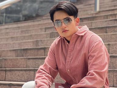 Menjadi seorang publik figur, Randy Martin selalu memperhatikan penampilannya. Pia kelahiran Surabaya, Jawa Timur, 18 Februari 1998 ini di kesehariannya memang terlihat fashionable. Apalagi saat mengenakan kacamata, ia tampil trendi. (Liputan6.com/IG/@randymartinnn)