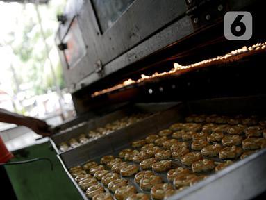 Pekerja saat memanggang kue kering di sebuah industri rumahan di Kawasan Kwitang, Jakarta, Jumat (30/4/2021). Pandemi Covid-19 yang masih terjadi berimbas pada industri rumahan kue kering tersebut. (Liputan6.com/Faizal Fanani)