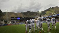 Para pemain Real Madrid merayakan gol yang dicetak oleh Cristiano Ronaldo ke gawang Eibar pada laga La Liga di Stadion Ipurua, Sabtu (10/3/2018). Eibar takluk 1-2 dari Real Madrid. (AP/Alvaro Barrientos)