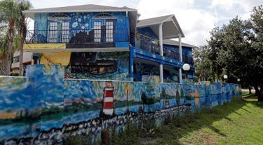 Eksterior rumah milik sepasang suami istri, Nancy Nemhauser dan Lubomir Jastrzebski di Mount Dora, Florida, 18 Juli 2018. Rumah yang dijadikan media lukisan karya Van Gogh berjudul The Starry Night ini sempat menimbulkan kontroversi. (AP/John Raoux)