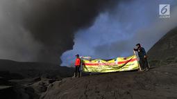 Petugas saat melakukan penjagaan di kawasan Taman Nasional Bromo Tengger Semeru, Probolinggo, Jawa Timur, Selasa (26/3/2019). Aktivitas vulkanis Gunung Bromo masih berada di level II waspada, meski sedang mengalami erupsi pada beberapa hari belakangan ini. (merdeka.com/Arie Basuki)