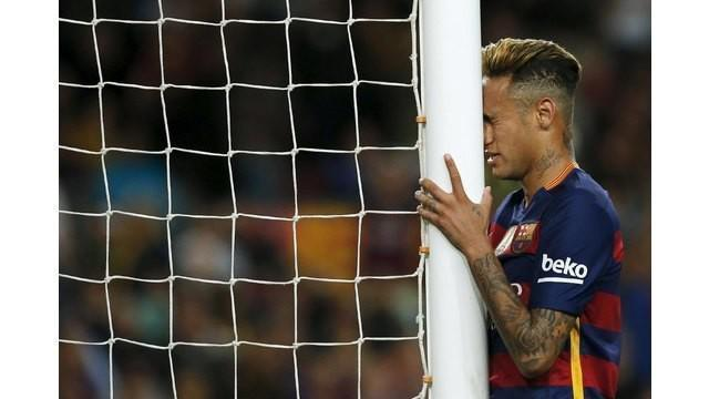Kekalahan Barcelona melawan Valencia di Camp Nou, Minggu (17/4/2016) tampaknya membuat Neymar frustrasi. Usai laga, ia memancing keributan dengan 3 pemain Valencia.
