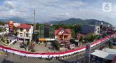 Pelajar SMA membentangkan bendera Merah Putih sepanjang 2,3 kilometer di Jalan Panjaitan dan Jalan Nani Wartabone, Gorontalo, Kamis (23/1/2020). Acara tersebut dilakukan untuk mengenang 78 tahun Hari Patriotik. (Liputan6.com/Arfandi Ibrahim)