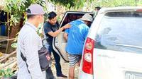 Anggotas Polres Polman saat mengamankan D (45) pelaku pencabulan (Foto: Liputan6.com/Abdul Rajab Umar)