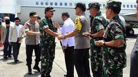 Panglima TNI Marsekal Hadi Tjahjanto dan Kapolri Jenderal Tito Karnavian mendarat di Lanud Roesmin Nurjadin Pekanbaru. (Liputan6.com/M Syukur)
