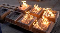 Cetakan topeng BAFTA (British Academy of Film and Television Awards) dibakar saat proses pembuatan di New Pro Foundries, London, 21 Januari 2020. Topeng piala ini akan dibagikan dalam malam anugerah BAFTA Awards pada 2 Februari mendatang. (JUSTIN TALLIS / AFP)