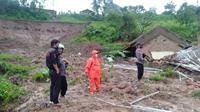 Peristiwa longsor terjadi di Dusun Bojong Kondang, RT  03 RW 10, Desa Cihanjuang, Kecamatan Cimanggung, Kabupaten Sumedang, Sabtu (9/1/2021) sore. (Foto: Dok. BPBD Sumedang)