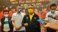 Menpora Zainudin Amali saat meninjau Stadion Si Jalak Harupat, Soreang, Kabupaten Bandung untuk persiapan Piala Dunia U-20 2021, Sabtu (28/11/2020). (Bola.com/Erwin Snaz)