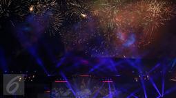 Ledakan cahaya kembang api mewarnai kemeriahan penutupan PON XIX 2016 di Stadion Gelora Bandung Lautan Api, Kamis (29/9). Selanjutnya PON XX akan diselenggarakan di Provinsi Papua pada 2020 mendatang. (Liputan6.com/Helmi Fithriansyah)