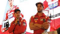 Pembalap MotoGP Andrea Dovizioso (kanan) dan Jorge Lorenzo (kiri) memberi keterangan saat mengkampanyekan Libas Tantanganmu di Jakarta, Kamis (1/2). (Liputan6.com/Angga Yuniar)