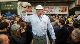Penjual melelang potongan daging selama lelang tahunan di Smithfield Market, kota London, 24 Desember 2018. Dalam tradisi Natal sejak zaman Victoria ini calon pembeli mendapatkan diskon besar-besaran berbagai daging sapi dan domba. (NIKLAS HALLE'N/AFP)