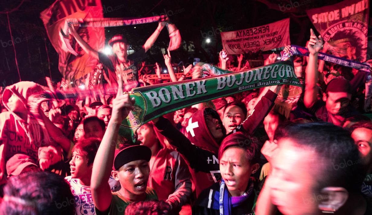 Ratusan suporter Persebaya Surabaya, Bonek, berkumpul di GOR Pajajaran Bandung, Jawa Barat, Sabtu (7/1/2017). Bonek berkumpul untuk memastikan janji PSSI soal Persebaya. (Bola.com/Vitalis Yogi Trisna)