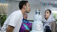 Raffi Ahmad dan Nagita Slavina saat merayakan ulang tahun di kediamannya di kawasan Cinere, Depok. Hadir pula di acara tersebut pasangan cagub dan cawagub Anies Baswedan dan Sandiaga Uno. (Herman Zakharia/Liputan6.com)