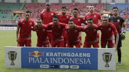 Para pemain Persija Jakarta foto bersama sebelum melawan 757 Kepri Jaya pada laga Piala Indonesia di Stadion Patriot Bekasi, Jawa Barat, Rabu (23/1). Persija menang 8-2 atas Kepri. (Bola.com/Yoppy Renato)