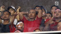 Ekspresi kekecewaan suporter saat menyaksikan laga Timnas Indonesia U-19 melawan Jepang U-19 pada perempat final Piala AFC U-19 2018 di Stadion GBK, Jakarta, Minggu (28/10). Indonesia kalah 0-2. (Liputan6.com/Helmi Fithriansyah)