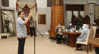Gubernur DKI Jakarta Anies Baswedan dan Bupati Cilacap, Tatto Suwarto Pamuji menandatangani kerja sama antardaerah di bidang ketahanan pangan. (Foto: Liputan6.com/Humas Pemkab Cilacap)