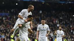 Pemain Real Madrid, Cristiano Ronaldo (kanan) merayakan gol bersama rekannya Pepe  pada lanjutan Liga Champions Grup A di Stadion Satiago Bernabeu, Rabu (9/12/2015) dini hari WIB. (AFP Photo/ Pierre-Philippe Marcou)
