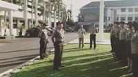 Kapolres Salatiga AKBP Yimmy Kurniawan memberi pengarahan kepada anggotanya mengenai cara mengedukasi masyarakat. (foto: Liputan6.com / edhie prayitno ige)