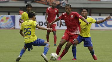 Gelandang Persija Jakarta, Bruno Matos, menggiring bola saat melawan 757 Kepri Jaya. (Bola.com/Yoppy Renato)