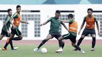Pemain Timnas Indonesia, Dedik Setiawan, saat mengikuti sesi latihan di Stadion Wibawa Mukti, Jawa Barat, Minggu (4/11). Latihan ini merupakan persiapan jelang Piala AFF 2018. (Bola.com/M Iqbal Ichsan)