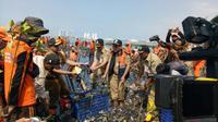 Anies Baswedan meninjau pembersihan sampah di Muara Angke (Liputan6.com/Delvira Chaerani Hutabarat)