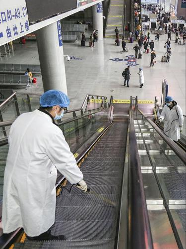 Cegah Penyebaran Virus Corona, Stasiun Kereta di China Disemprot Cairan Disinfektan