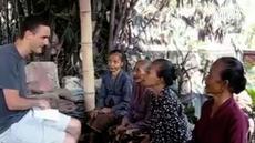 Sang bule dan nenek tersebut saling merasa asing dengan bahasa masing-masing.