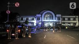 Suasana saat petugas Satpol PP menertibkan pedagang di kawasan Kota Tua, Jakarta, Kamis (31/12/2020). Penertiban tersebut dilakukan guna mencegah kerumunan seiring larangan bagi warga merayakan malam Tahun Baru di Kota Tua di tengah pandemi COVID-19. (merdeka.com/Iqbal S. Nugroho)