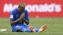 Striker Brasil, Neymar, menangis usai mengalahkan Kosta Rika pada laga grup E Piala Dunia di Stadion Krestovsky, St Petersburg, Jumat (22/6/2018). Pada laga ini Neymar berhasil mencetak gol perdana Piala Dunia 2018. (AFP/Gabriel Bouys)
