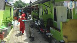 Petugas menyemprot disinfektan ke rumah warga di kawasan RW 015, Srengseng Sawah, Jakarta, Sabtu (26/12/20220). Setiap harinya, petugas Damkar ini berkeliling memenuhi permintaan warga untuk menyemprotkan disinfektan guna memutus penyebaran Covid-19. (merdeka.com/Arie Basuki)