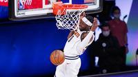 Pebasket Denver Nuggets, Jerami Grant, memasukkan bola saat melawan Los Angeles Clippers pada gim ketujuh semifinal playoff NBA di Lake Buena Vista, Selasa (15/9/2020).  Nuggets menang dengan skor 104-89. (AP//Mark J. Terrill)