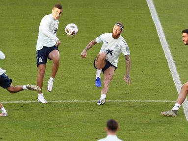 Para pemain Timnas Spanyol saat sesi latihan jelang laga UEFA Nations League di Stuttgart, Jerman, Rabu (2/8/2020). Spanyol akan berhadapan dengan Jerman. (AFP/Thomas Kienzle)