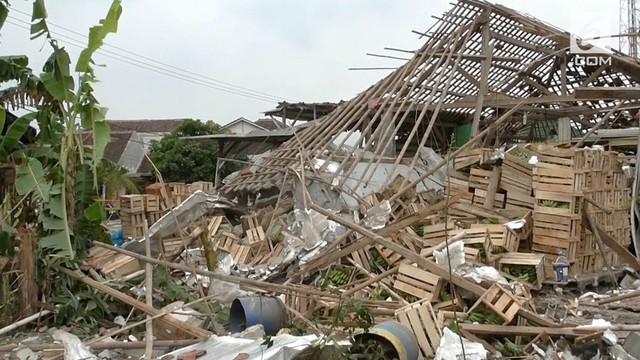 Sebuah rumah yang dijadikan gudang penyimpanan buah pisang, dikawasan Panongan, Tangerang, Banten, Selasa petang, meledak.