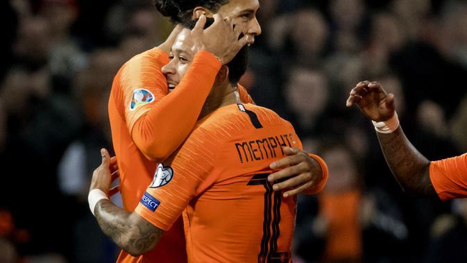 Selebrasi pemain Belanda lewat gol perdana Depay pada laga pembuka Grup C Kualifikasi Piala Eropa 2020 yang berlangsung di Stadion Faijenoord, Rotterdam, Jumat (22/2). Belanda menang 4-0 atas Belarusia. (AFP/Koen Van Weel)