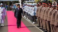 Menteri Pertahanan Prabowo Subianto memeriksa barisan pasukan kehormatan saat upacara penyambutan di Kementerian Pertahanan, Jakarta, Kamis (24/10/2019). Prabowo disambut upacara militer sebelum serah-terima jabatan (sertijab) Menteri Pertahanan dari Ryamizard Ryacudu. (Liputan6.com/Faizal Fanani)
