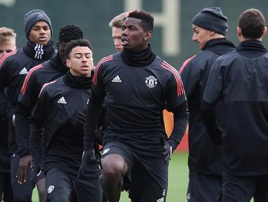 Gelandang Manchester United, Paul Pogba, bersama rekan-rekannya berlatih di kompleks latihan dekat Carrington, Manchester, Selasa (21/11/2017). MU akan melawan Basel pada lanjutan Liga Champions. (AFP/Paul Ellis)
