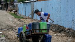 Di tengah musim kemarau seperti saat ini, pedagang air keliling di kawasan Jakarta kini meraup rezeki, Senin (22/9/14). (Liputan6.com/Faizal Fanani)
