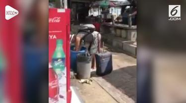 Seorang turis tertangkap kamera sedang mengais makanan dari tempat sampah di sekitar Pantai Sanur, Bali.