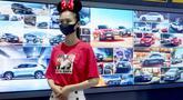 Seorang pemandu pameran tampak dalam Pameran Mobil Internasional Guangzhou ke-18 di China Import and Export Fair Complex di Guangzhou, Provinsi Guangdong, China selatan (20/11/2020).Pameran yang berlangsung selama 10 hari itu dibuka pada Jumat (20/11). (Xinhua/Chen Jianli)